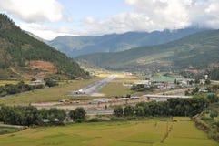 Paro flygplats från vägen Arkivbilder