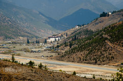 Paro flygplats i bergen - Bhutan Arkivfoto