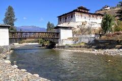 Paro Rinpung Dzong, den traditionella Bhutan slotten med träbr Royaltyfri Fotografi