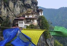 Paro Taktsang con las banderas del rezo - Bhután Imagen de archivo