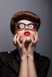 Parodia. Portret Mimiczna kobieta w Futurystycznych okularach przeciwsłoneczne - fantazja Zdjęcie Stock