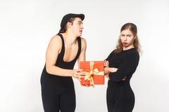 Parodie, croquis Mauvais anniversaire et cadeau ! Femme de colère regardant le Ca Photographie stock libre de droits