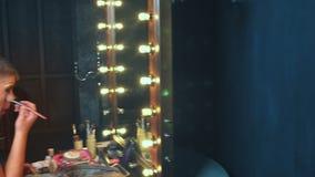 Parodie-diva Le concept d'un travesti le Homme-acteur se transforme en femme un homme applique un maquillage sur son visage Dans  banque de vidéos