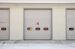 Paroi frontale de station de réparation de voiture avec des portes photos stock