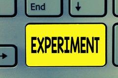 Parola che scrive esperimento del testo Il concetto di affari per la procedura scientifica fa l'ipotesi della prova di scoperta d fotografie stock