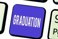 Parola che scrive graduazione del testo Concetto di affari per la ricezione o il conferimento della certificazione del diploma di fotografia stock libera da diritti
