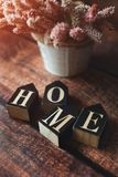 Parola dai cubi a casa, fondo scuro, fiori di estate, tonificati immagini stock