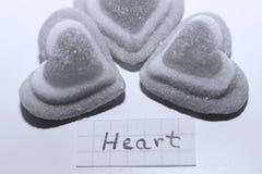 Parola del cuore scritta su una piccola nota immagine stock