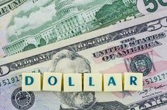 Parola del dollaro sul fondo del dollaro Concetto di finanze Fotografia Stock Libera da Diritti