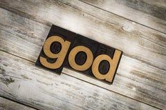 Parola dello scritto tipografico di Dio su fondo di legno Immagine Stock