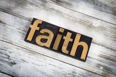 Parola dello scritto tipografico di fede su fondo di legno Fotografia Stock Libera da Diritti