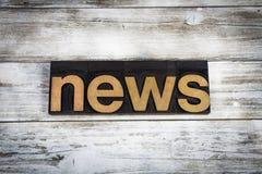 Parola dello scritto tipografico di notizie su fondo di legno Immagine Stock