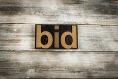 Parola dello scritto tipografico di offerta su fondo di legno immagini stock