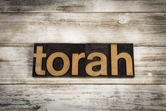 Parola dello scritto tipografico di Torah su fondo di legno Immagine Stock Libera da Diritti