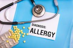 Parola di allergia scritta sulla cartella blu medica con gli archivi pazienti Fotografia Stock Libera da Diritti