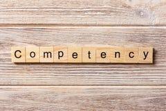 Parola di competenza scritta sul blocco di legno Testo sulla tavola, concetto di competenza immagini stock libere da diritti