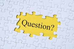 Parola di domanda sul puzzle con fondo giallo immagini stock