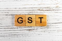 Parola di GST fatta con il concetto di legno di affari dei blocchi Fotografia Stock
