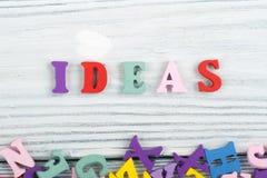 Parola di IDEE su fondo di legno composto dalle lettere di legno di ABC del blocchetto variopinto di alfabeto, spazio della copia immagine stock libera da diritti