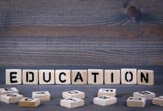 Parola di istruzione scritta sul blocco di legno Immagini Stock Libere da Diritti