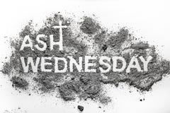 Parola di mercoledì delle ceneri scritta nel simbolo trasversale del cristiano e della cenere Fotografie Stock Libere da Diritti