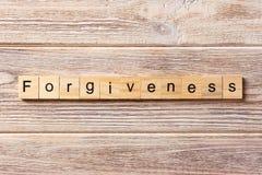 Parola di perdono scritta sul blocco di legno testo sulla tavola, concetto di perdono fotografia stock libera da diritti