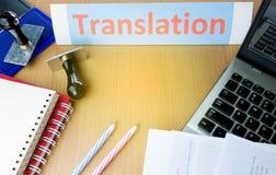 Parola di traduzione sulla tavola dell'ufficio immagine stock libera da diritti