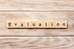 Parola di valutazione scritta sul blocco di legno testo sulla tavola, concetto di valutazione immagine stock