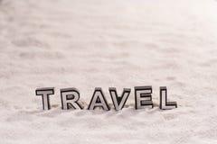 Parola di viaggio sulla sabbia bianca immagine stock