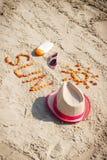 Parola e forma del sole, degli occhiali da sole, della lozione del sole e del cappello di paglia alla spiaggia Fotografia Stock