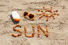 Parola e forma del sole, occhiali da sole con la lozione del sole alla spiaggia, ora legale Immagine Stock