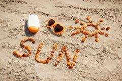 Parola e forma del sole, occhiali da sole con la lozione del sole sulla sabbia alla spiaggia, concetto di ora legale Fotografia Stock Libera da Diritti