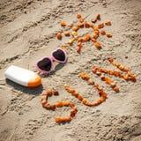 Parola e forma del sole, occhiali da sole con la lozione del sole sulla sabbia alla spiaggia, concetto di ora legale Immagine Stock