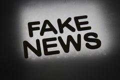 parola ' falsificazione news' fotografie stock libere da diritti