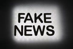 parola ' falsificazione news' fotografia stock libera da diritti