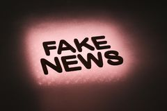 parola ' falsificazione news' immagine stock libera da diritti