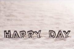 Parola felice di giorno sulla sabbia bianca fotografia stock libera da diritti