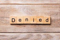 Parola negata scritta sul blocco di legno Testo NEGATO sulla tavola di legno per vostro desing, concetto immagine stock libera da diritti