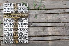 Parola scolpita di legno della preghiera del ` s di signore su vecchio di legno stagionato Fotografie Stock