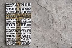 Parola scolpita di legno della preghiera del ` s di signore sui precedenti concreti grigi Immagini Stock Libere da Diritti