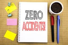 Parola, scrivente gli incidenti zero Concetto di affari per sicurezza sul posto di lavoro il rischio scritto sul fondo della cart immagini stock
