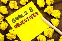 Parola, scrivente gli obiettivi di scopi Concetto di affari per visione di successo di piano scritta su carta per appunti appicci Fotografia Stock