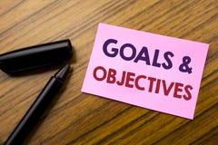 Parola, scrivente gli obiettivi di scopi Concetto di affari per visione di successo di piano scritta sulla carta rossa della nota Immagini Stock
