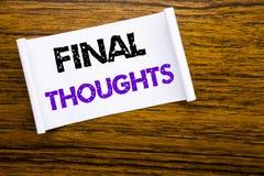Parola, scrivente i pensieri finali Concetto di affari per il testo sommario di conclusione scritto su carta per appunti appiccic fotografia stock