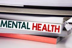 Parola, scrivente la salute mentale Concetto di affari per disordine di malattia di ansia scritto sul libro sui precedenti bianch immagini stock libere da diritti