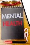 Parola, scrivente la salute mentale Concetto di affari per disordine scritto sul libro del taccuino, fondo di legno di malattia d fotografia stock libera da diritti