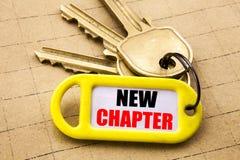 Parola, scrivente nuovo capitolo Concetto di affari per iniziare nuova vita futura scritta sul portiere, fine strutturata del fon Immagini Stock Libere da Diritti