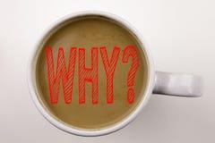 Parola, scrivente perché testo di domanda in caffè in tazza Concetto di affari per chiedere concetto su fondo bianco con lo spazi Immagine Stock