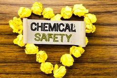 Parola, scrivente sicurezza chimica Concetto di affari per salute di rischio sul luogo di lavoro scritto su carta per appunti app immagine stock libera da diritti