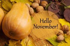 Parole ciao novembre su fondo rustico Immagine Stock